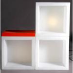Svítící nábytek v podobě kostky OPEN CUBE lze využít jako zdroj světla – podlahovou lampu nebo nábytkovou stavebnici. Osvětlení je řešeno pomocí úsporných žárovek a nebo pomocí RGB LED panelu na baterii.