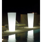Svítící květináč ILIE.Dodává se ve 4 variantách: pro vnitřní užití, venkovní užití, s RGB LED světlem vnitřní, s RGB LED světlem vnější.Výběr je z mnoha velikostí (od Ø 37 do Ø 57 cm). Materiál polyetylén. Matné barevné provedení. Barva květináče je transparentní neutrální.