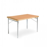 Skládací stůl s rychlouzamykacím zámkem, dřevěným rámem a ocelovými nohami s výztuhami.   Snadná manipulace Skládací konstrukce Ocelové nohy s výztuží