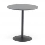 Kulatý kavárenský stolek s odolným povrchem. Má stabilní pevnou konstrukci z litinové paty a ocelového sloupku.   Odolná deska z lamina Atraktivní design Stabilní těžká podnož
