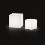 Svítící sedací kostka CUBO, na baterii (8 hodin provozu) s dálkovým ovládáním.Svítící kostka CUBO nabízející maximální a všestranné využití. Osvětlení je řešeno pomocí RGB LED panelu na baterii. Svítidlo je dostupné ve venkovním provedení.