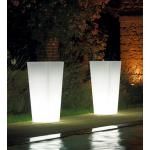 Svítící květináč KIAM.Dodává se ve 4 variantách: pro vnitřní užití, venkovní užití, s RGB LED světlem vnitřní, s RGB LED světlem vnější.Výběr je ze dvou velikostí (35, 40 cm). Materiál polyetylén. Matné barevné provedení. Barva květináče je transparentní neutrální.