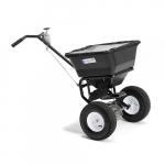 Univerzální posypový vozík s jednoduchou obsluhou a pevnou plastovou nádobou. Pro posyp lze použít písek, sůl, drcený kámen, hnojivo apod.   Univerzální Snadná obsluha Kapacita 25 l (max. 20 kg)