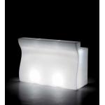 Svítící barový pult BARTOLOMEO, který může být využit jako recepce nebo barový pult, je lineární prvek, jehož estetické linie vychází z ergonomických požadavků pro sezení u pultu. Dostupný v několika variantách i s vybavením. S jednotlivými díly Bartolomeo a rohového díly Bartolemo Corner máte možnost sestavení několika prostorových variant.Základní rozměry:v.110š.70d.160 c. Venkovní použití.