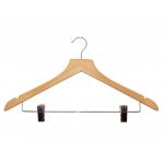 Dřevěné nezcizitelné ramínko. Protiskluzová lišdřevěné ramínko s klipsy na zavěšení kalhot. Nastavitelné klipsy. Otočný železný háček. Obsahuje zářezy na zavěšení sukně. Šířka: 44cm.