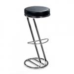Klasická barová stolička s chromovanou trubkovou konstrukcí do tvaru písmene Z a černým koženkovým sedákem.. Klasický design. Koženkový sedák. Měkké čalounění.